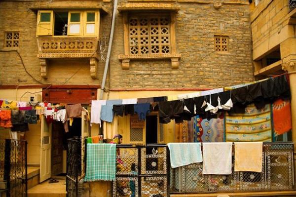 Hình ảnh đẹp về dây phơi quần áo lộ thiên trên phố