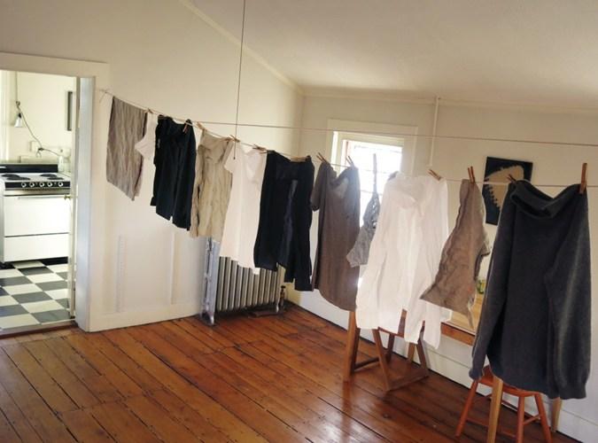 Tác hại của việc phơi quần áo trong nhà