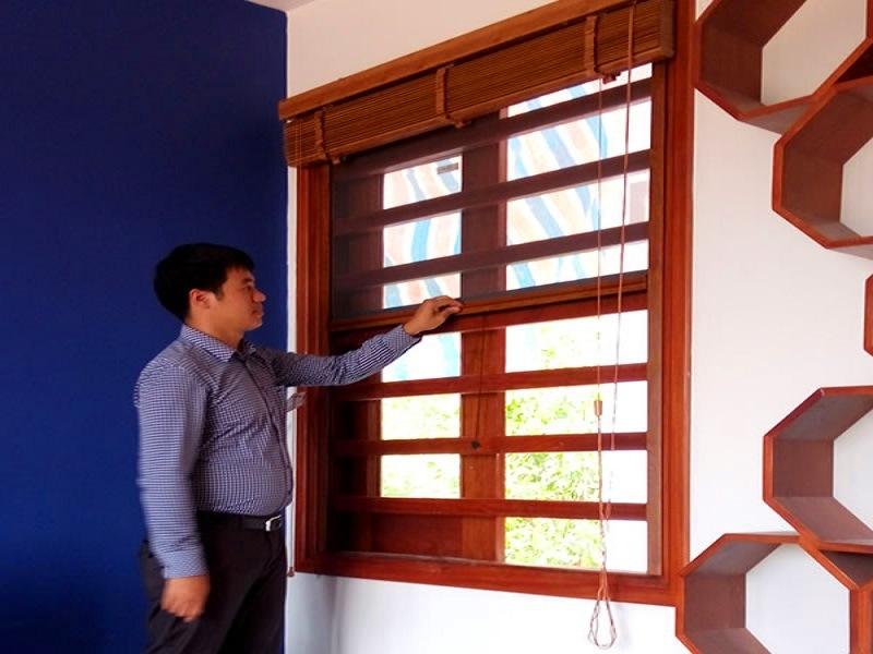 cửa lưới chống muỗi tự cuốn màu vân gỗ